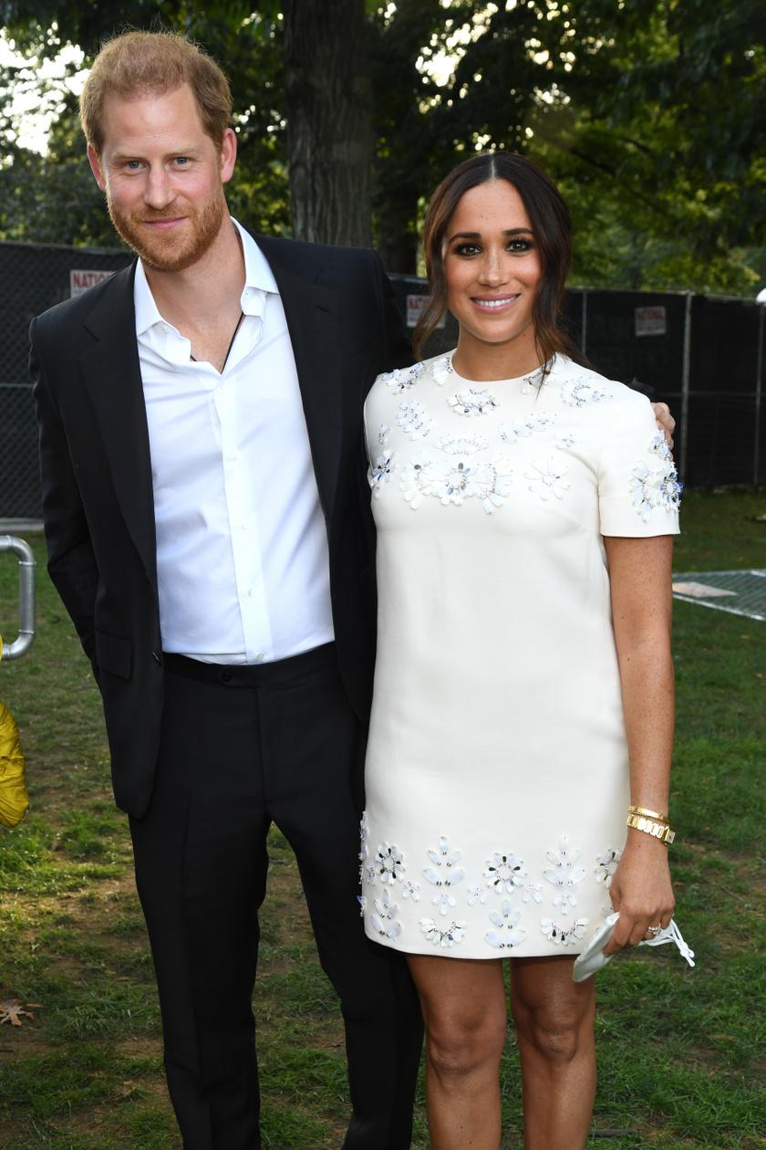 Meghan hercegné szombaton egy hófehér Valentino miniruhában mutatkozott Harry oldalán.