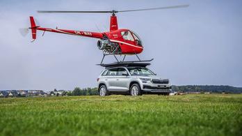Škoda tetején landolt egy helikopter