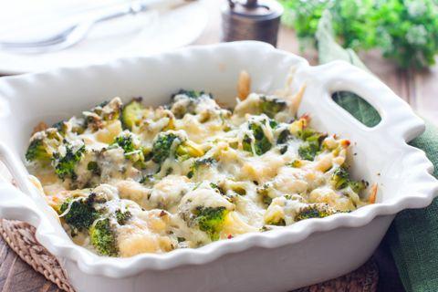 Krémes csirkés-brokkolis tészta összesütve: a tetejét finom nyúlós sajt fedi