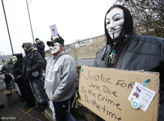 A fiatalkorúak ügyében ítélkező bíróság előtt tiltakozók egy kisebb csoportja demonstrált.