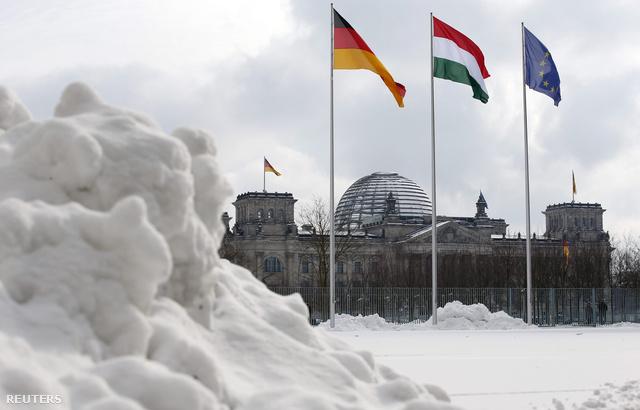 Hókupac a német kancellária épületénél Berlinben.  Európa-szerte gondokat okoz a nem várt tavaszi havazás, ami csütörtök reggelre elérte Magyarország nyugati felét is, pénteken pedig már a fővárosban is 15-20 centis havat várnak.