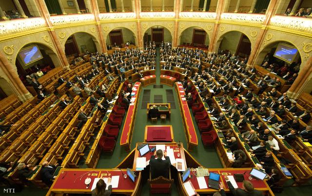 Képviselők szavaznak a Magyar Energetikai és Közmű-szabályozási Hivatalról szóló törvényjavaslatról az Országgyűlés plenáris ülésén 2013. március 14-én.