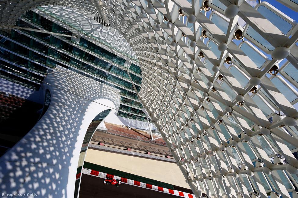 Abu-Dzabi és a Yas Marina-pálya a világ jelenlegi legmodernebb Forma-1-komplexuma. Alonso halad el a pálya területén található luxushotel alatt.