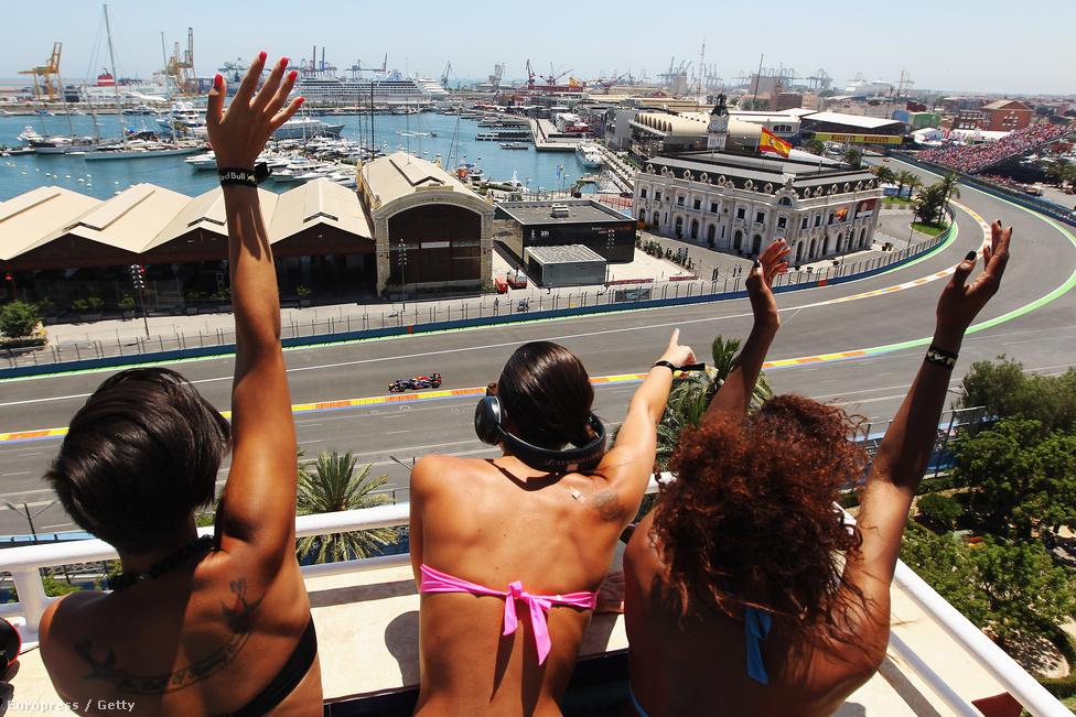 Mesés helyszín viszont Valencia és a városi pálya. De ez a projekt is becsődölt, idén már nem tartanak itt futamot. A hölgyek tavaly itt épp a bajnok Sebastian Vettelnek integetnek.