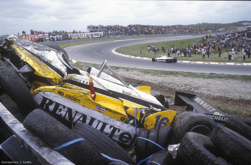 René Arnoux Renault-ja a 82-es Holland GP-n, Zandvoortban. Megfogták a gumik, a pilóta megúszta.