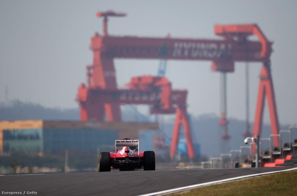Fernando Alonso Ferrarija a tavalyi Koreai GP-n. A Jeongam városka melletti pályára egy metropoliszt akartak felhúzni, de a projektből eddig semmi nem jött össze, így van még egy futam a semmi közepén, a világ végén.