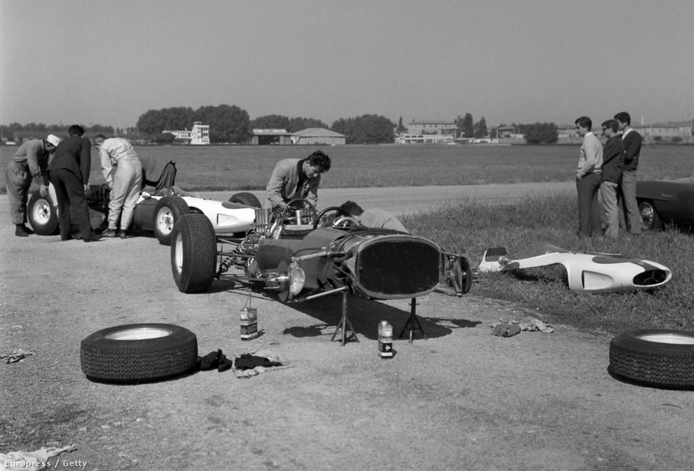 John Surtees - fehér overallban - vizsgálja a Ferrariját egy teszten az 1964-es Amerikai GP-re készülve