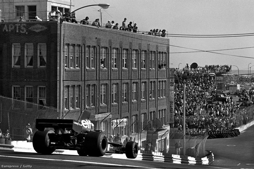 Jody Scheckter Tyrellje az első Long Beach-i Amerikai Nagydíjon 1976-ban, edzésen. Sehol máshol nem rendeztek annyi különböző városban F1-futamot, mint az Egyesült Államokban, a sorozat mégsem lett az ország kedvence.
