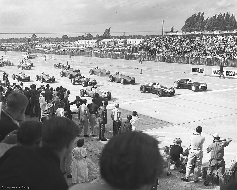 Az Amerikai Nagydíj 1959-ben, Sebringben, rajt. Bruce McLaren győzött a 9-es számú autóval.