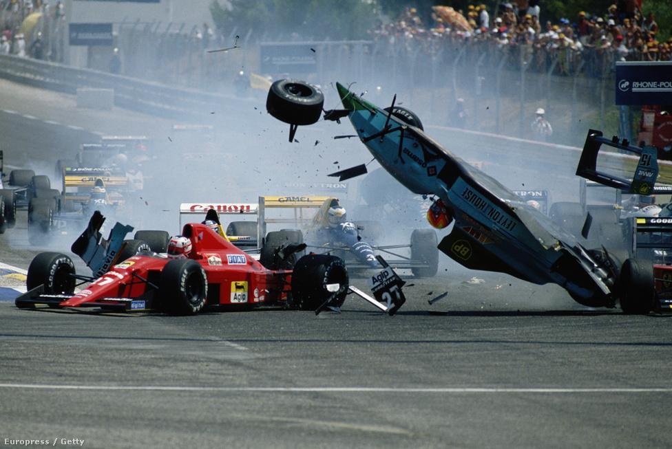 Mauricio Gugelmin és Nigel Mansell koccanásának eredménye a 89-es Francia GP-n, a Paul Ricard-pályán. A brazil March-a felborult, de a pilóta sértetlen maradt.