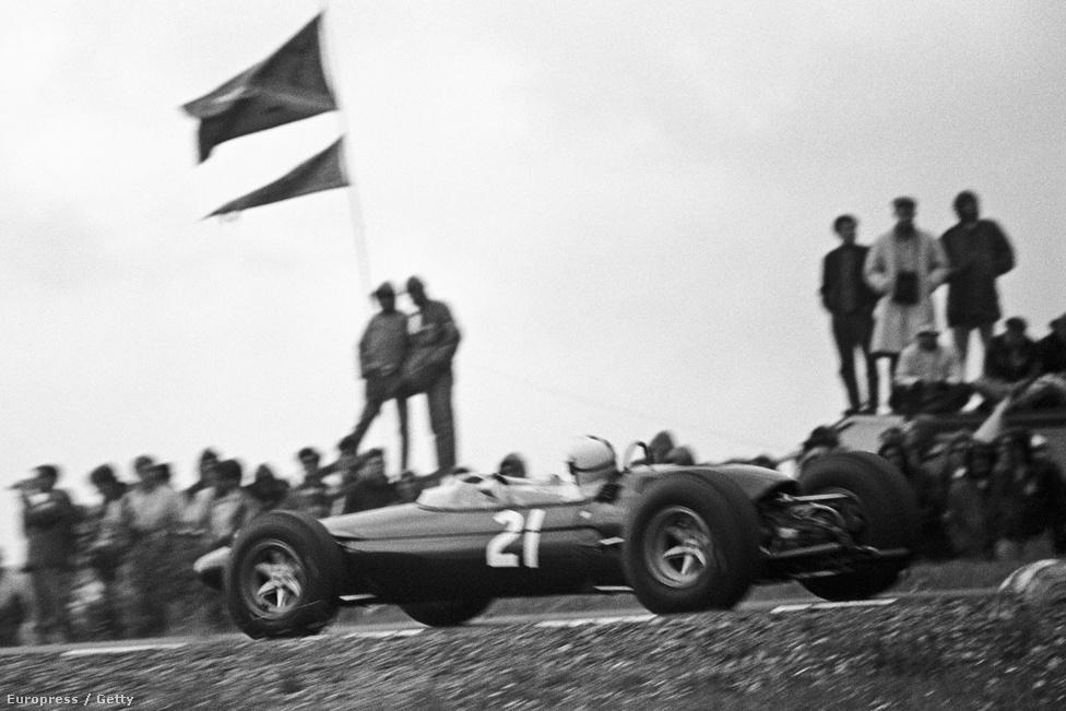 Richard Attwood Lotus-BRM-je Watkins Glenben, 1965-ben. Ő sosem nyert futamot sem a Forma-1-ben, a Lotus viszont az egyik legnagyobb márka lett, a neve ma is él.