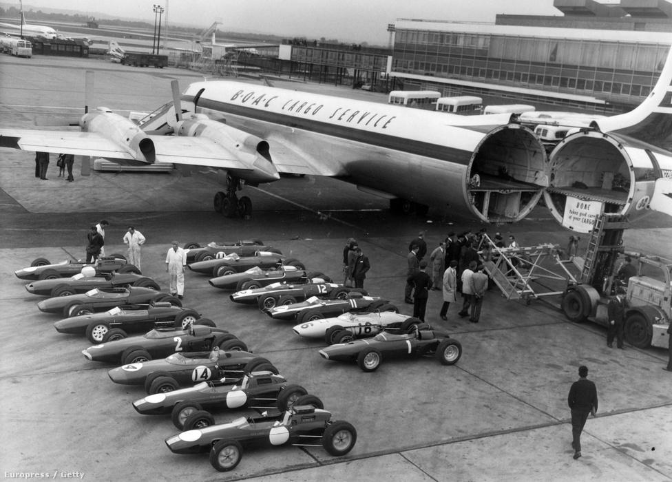 1963-ban egy londoni reptéren 19 F1-autó vár arra, hogy gépre tegyék őket, és elrepítsék Watkins Glenbe, az Amerikai GP-re