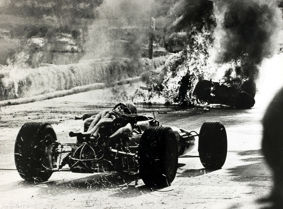Lorenzo Bandini tragikus balesete 1967-ben, Monacóban. Az egyszeres futamgyőztes autója kigyulladt, és belobbantotta a szalmabálákat is. Bandinit kimenekítették, de égési és mellkasi sérüléseibe három nappal később belehalt.