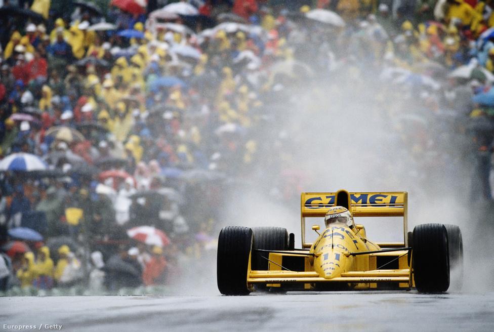 Nelson Piquet az 1989-es Kanadai Nagydíjon, Montrealban. Boutsen-Patrese kettős Williams-győzelem volt aznap, Andrea de Cesaris élete egyetlen dobogós helyét szerezte harmadikként, Piquet Lotusa negyediknek futott be.