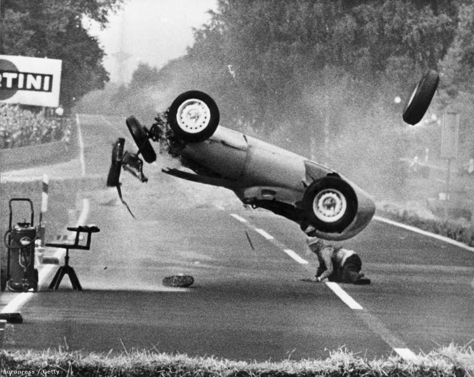 Az 1959-es berlini Német GP-n Hans Hermann sérülés nélkül úszta meg ezt a bukást. Csoda.