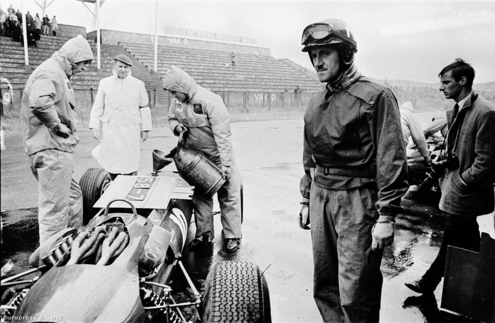 A későbbi kétszeres világbajnok Graham Hill az 1965-ös Holland Nagydíjon, épp megtankolják az autóját indulás előtt