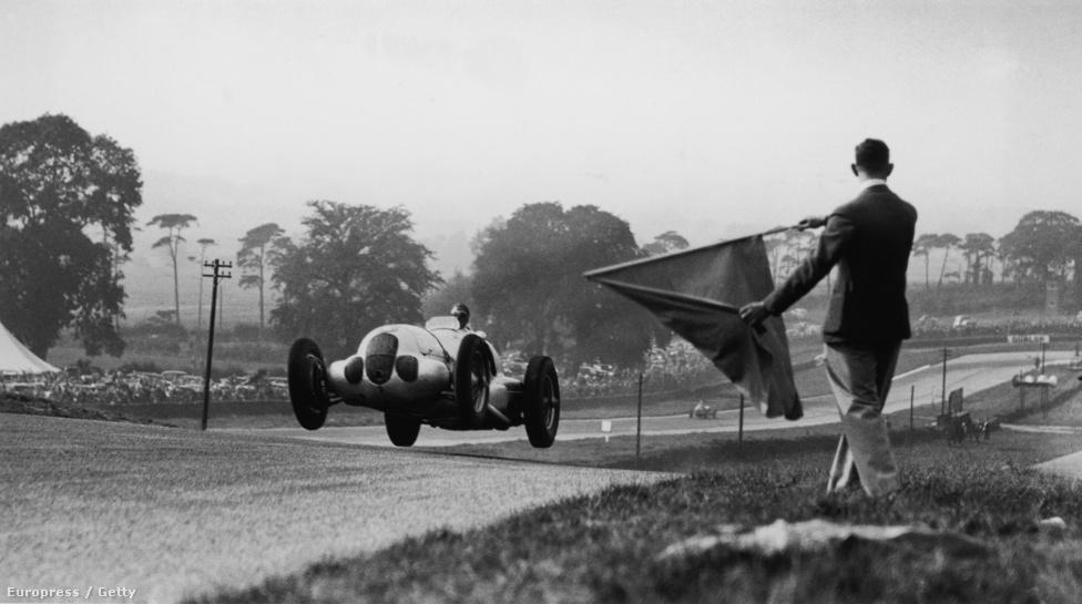 1950-től létezik hivatalosan Forma 1, azonban már a harmincas években rendszeresen tartottak nagydíjakat szerte Európában. A képen az 1937-ben tartott doningtoni GP-n egy Mercedes W 125 repül a célba.