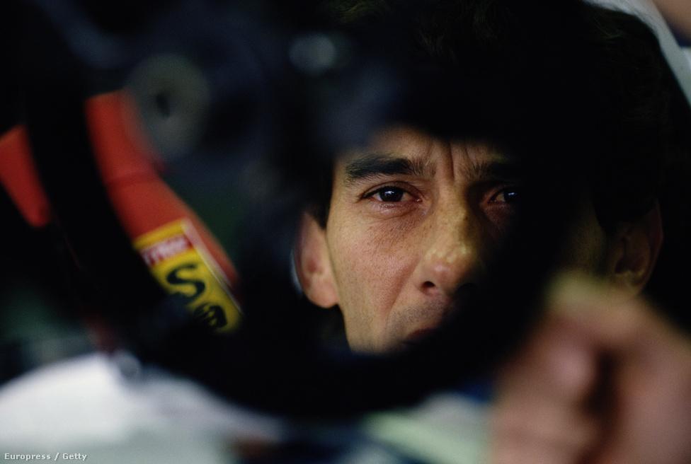 Ayrton Senna, halálának napján, 1994. május 1-én Imolában. Az utolsó képek egyike, ami készült róla, nem sokkal a rajt előtt. A futam 3. körében ütközött, alig öt óra múlva egy bolognai kórházban halt meg.