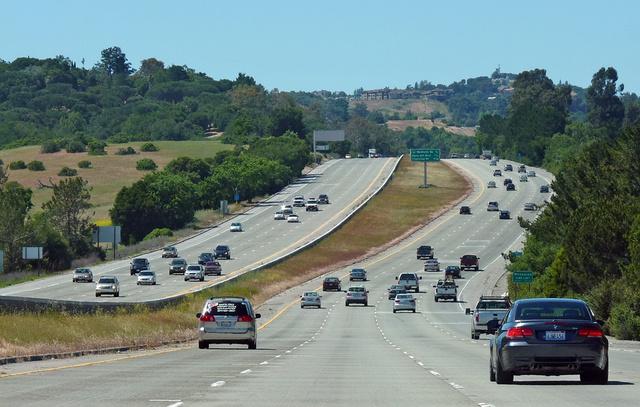 Átlagos forgalom  kétszer négy sávon a San Francisco - San Jose autópályán
