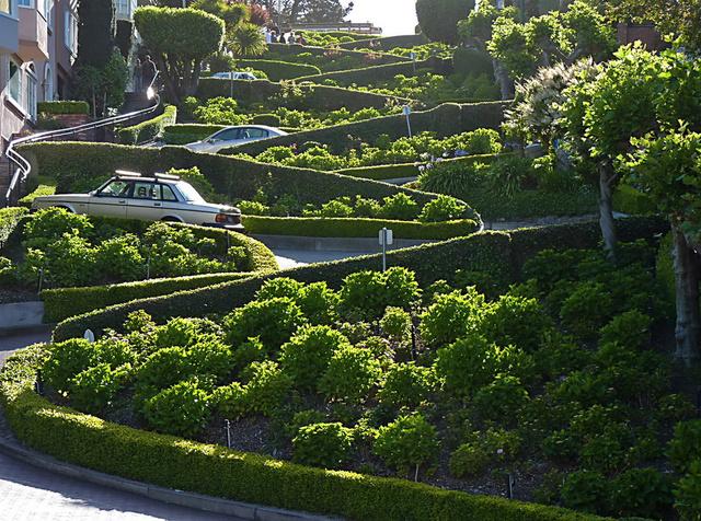 A Lombard  street, SF legmeredekebb utcája. Itt azért már kialakítottak négy hajtűkanyart