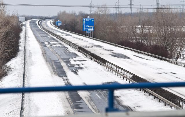 Az M1-es autópálya Győrt elkerülő lezárt szakasza 2013. március 15-én. Az M1-es autópálya és a 86-os főút Győr-Moson-Sopron megyei szakaszán a legtöbb az elakadt jármű.