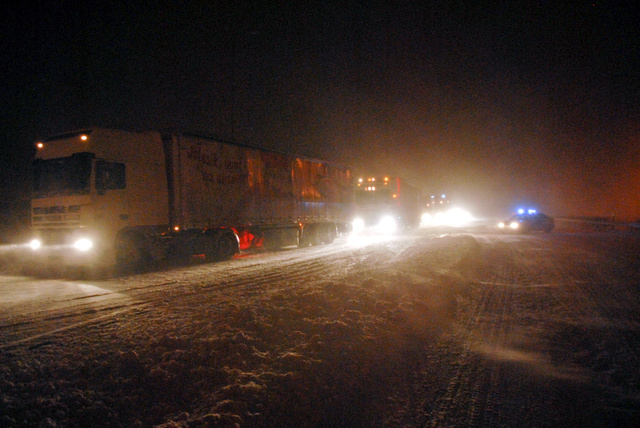 Csütörtök reggel már elérte az ország nyugati részét az Európa-szerte gondokat okozó tavaszi hóvihar, az M1-es és az M7-es autópályán közlekedők beszámolói szerint már délután bedugult a forgalom a hóban elakadó kamionok miatt. Csütörtök estére kilométeres kocsisorok torlódtak fel mindkét sztrádán, ezrek rekedtek a hóban az éjszakára.