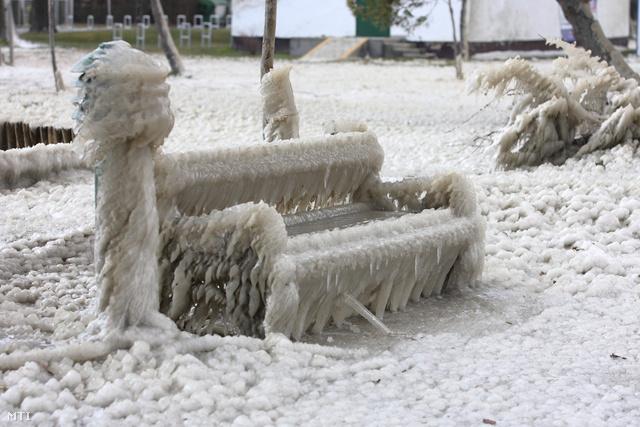 Jég borít mindent a balatonfenyvesi strandon 2013. március 16-án. Az elmúlt napokban fújó viharos erejű szél és a hideg több centiméteres jégpáncélt alkotott mindenen.