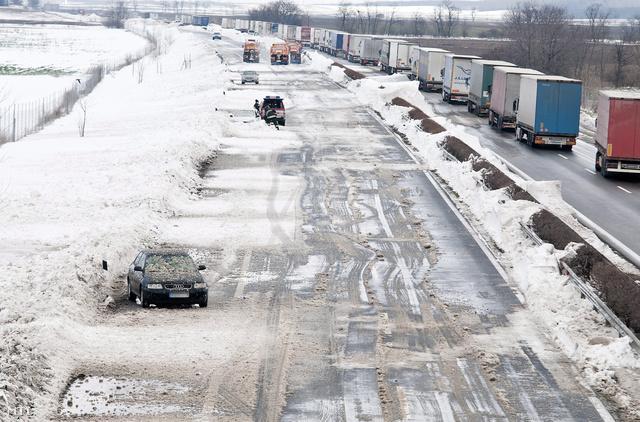 Egy úton hagyott autó az M1-es autópálya Bécs felé vezető szakaszán Bábolna közelében március 16-án. Az M1-es Hegyeshalom felől Budapest irányába járható, a főváros és Tatabánya között a határ felé tartó szakasz azonban továbbra is zárva.