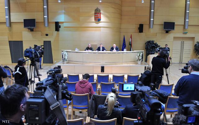 Orbán Viktor és Bakondi György délután ötkor tartott sajtótájékoztatót a pillanatnyi helyzetről. A miniszterelnök a katasztrófavédelem helytállását és gyors intézkedéseit méltatta, miközben voltak, akik péntek délutánra már 23 órát töltöttek a hó fogságában.