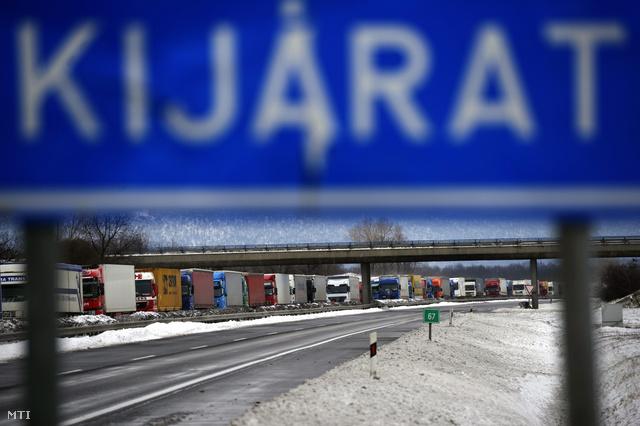 Hótorlaszban elakadt kamionok az M1-es autópályán Tata közelében