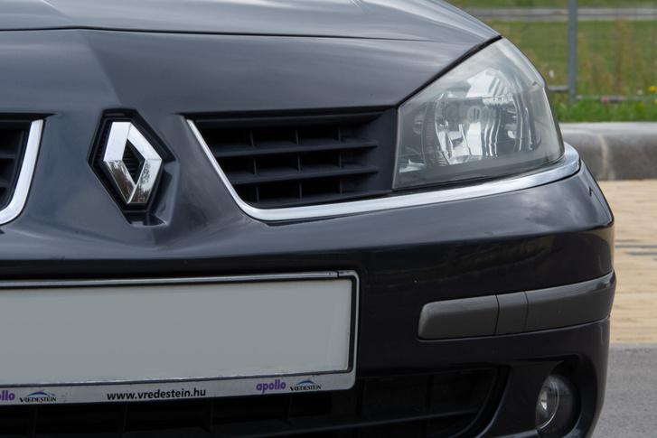 A Renault-jelvény pedig lejjebb csusszant a frissítés előttihez képest