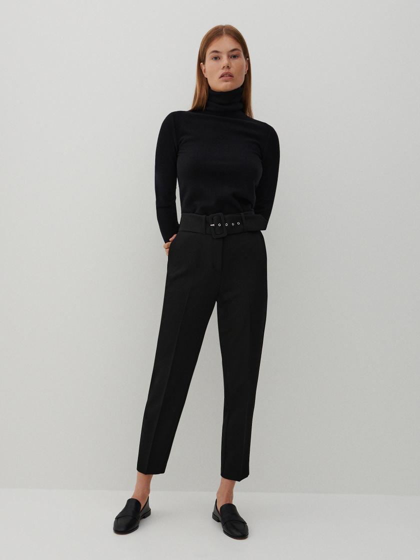 Ez a répafazonú, vastag övvel ellátott, elegáns fekete nadrág igazi jolly joker darab. Csinos, nőies, szépen karcsúsít, és szinte minden alkalomhoz passzol. 9995 forintért vásárolhatod meg a Reservedben.