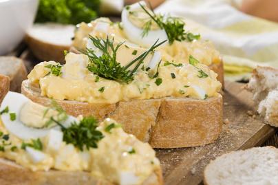 Krémes tojássaláta lengyel módra: majonéz helyett krémsajttal készül