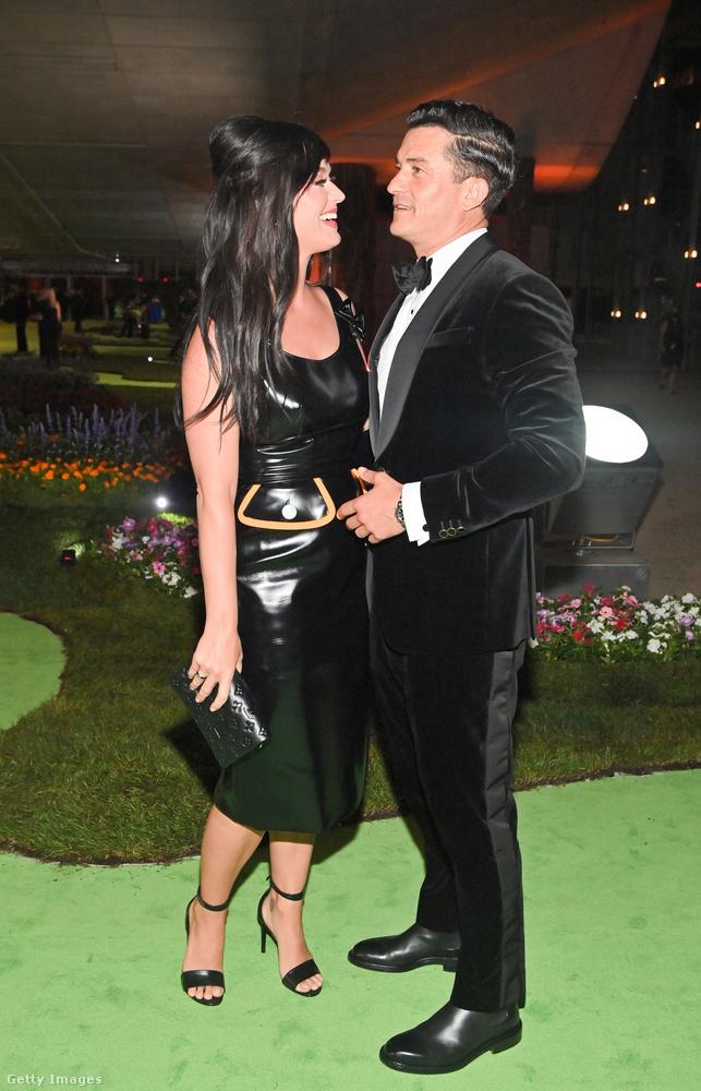 Katy Perry egy szexi Louis Vuitton bőrruhában gálázott párjával, Orlando Bloommal.