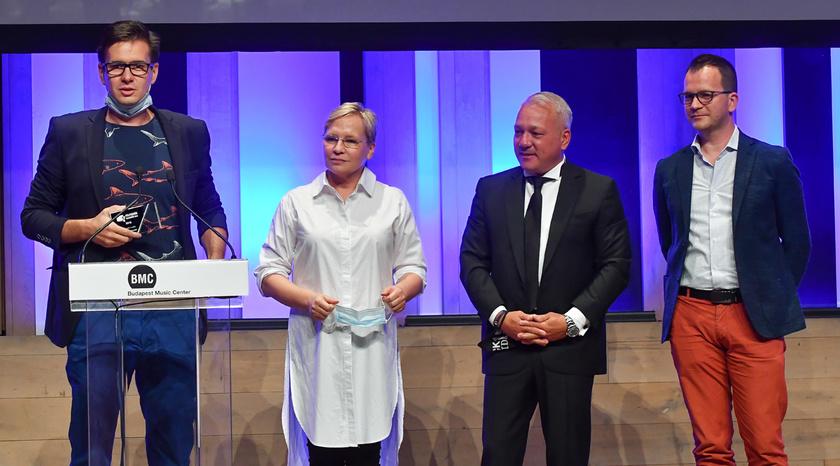 A 2020-as Televíziós Újságírók Díja gáláról a Cápák között csapata vihette haza a legjobb reality műsornak járó díjat, de 2021-ben is a jelöltek között voltak.