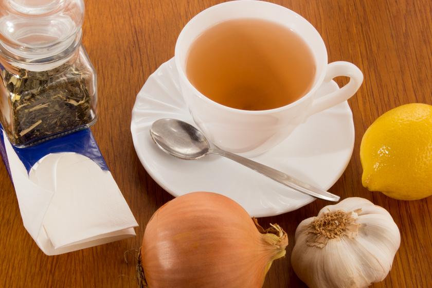 Megfázás és köhögés ellen is hatásos a hagymatea: a zöldség héjából is készülhet a gyógyital