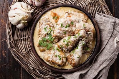 Krémes csirkecomb fokhagymás-tejszínes szószban: vajpuha lesz így a hús