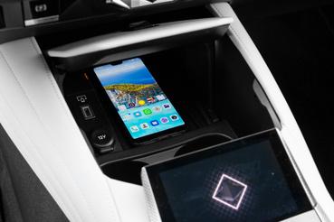 Fedél felnyitása után férhetünk hozzá a vezeték nélküli mobiltöltőhöz. AndroidAuto, Apple CarPlay és internetelérés is van