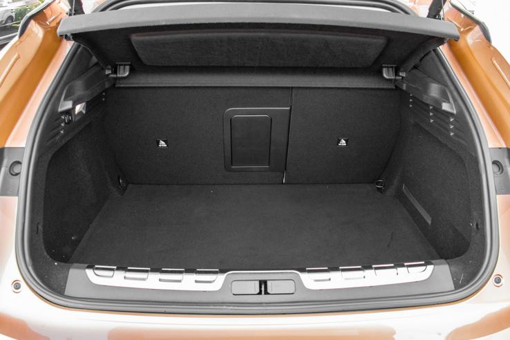 Negyven literrel kisebb a hibrid csomagtartója alaphelyzetben a belsőégésű motoros modellekénél
