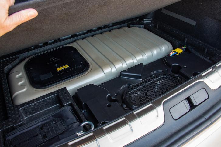 Az a szép szürke doboz a csomagtartó padlója alatt a hibrid akkumulátor. A fekete doboz a Focal hangrendszer mélynyomója