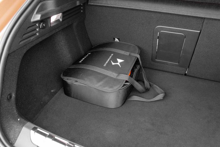 Nincs külön helye a töltőkábelnek, ezért az is a csomagtartóból visz el helyet