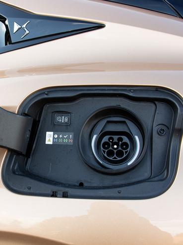 Innen tölthető a hibrid rendszer 12,4 kWh-s akkumulátora