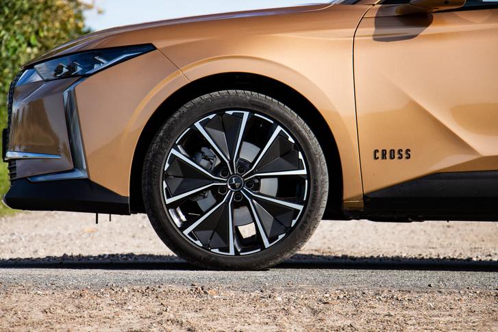 A SUV-os kinézet lényeges összetevője a nagyméretű, legalább 19-es kerék. Ez épp 20-as