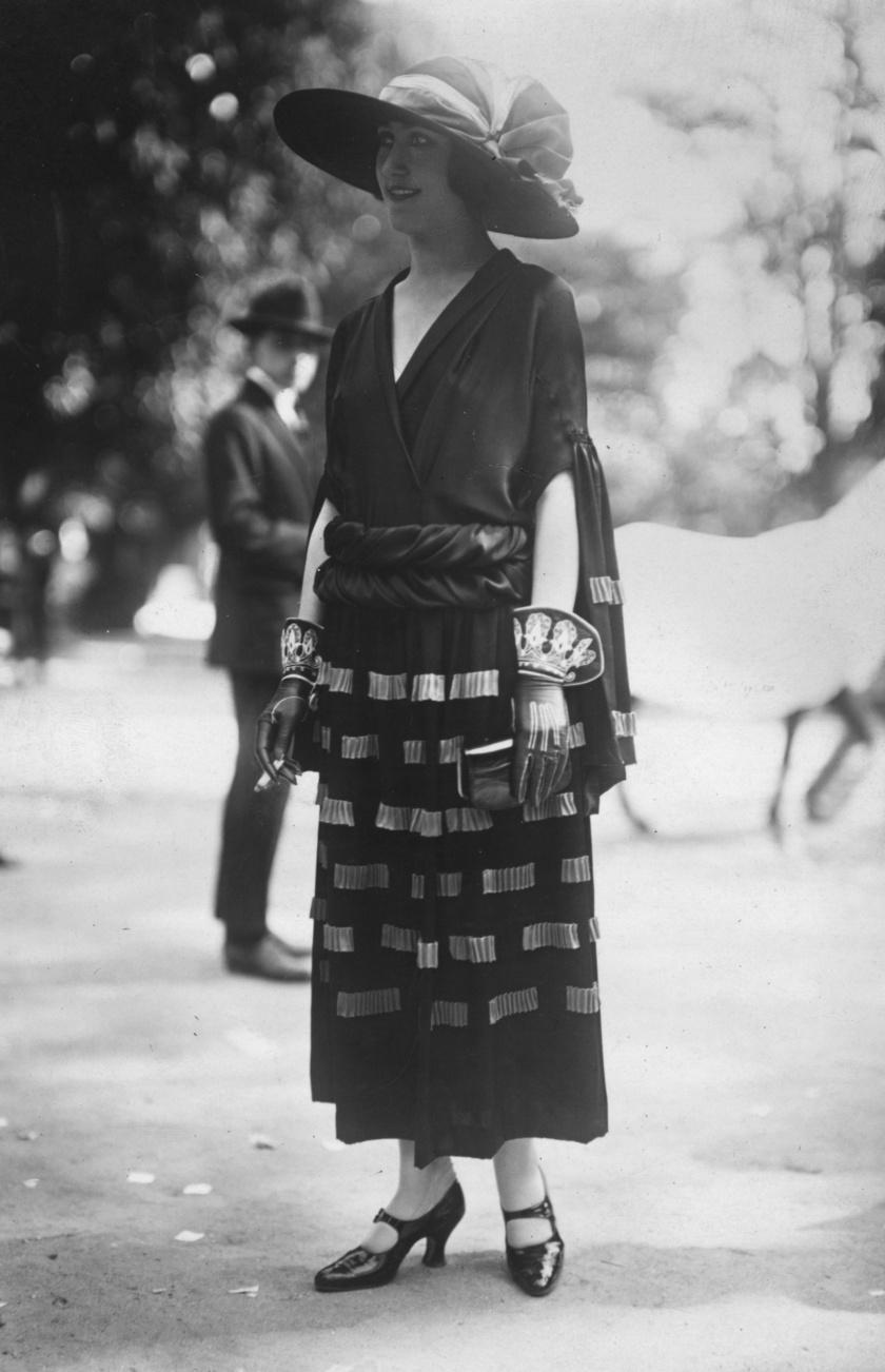 Modell Madeleine Vionnet ruhában.