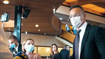 Megrohamozták az ukrán újságírók Szijjártó Pétert