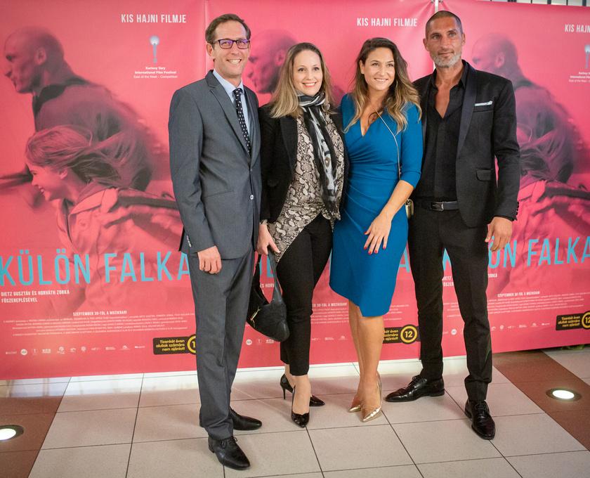 Dietz Gusztáv mellett büszkén pózolt felesége a Corvin moziban szeptember 28-án tartott díszbemutatón.