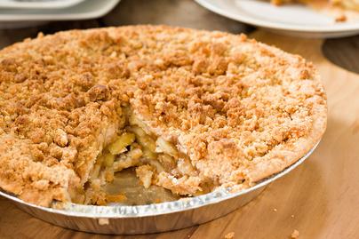 Holland almás pite rengeteg töltelékkel: ropogós morzsa borítja a tetejét