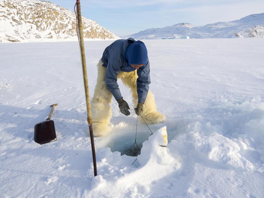 Kullorsuaq lakosai vadászatból és halászatból tartják fenn magukat. Zsákmányaik közé tartoznak például a farkashalak, de ritkábban a narválok és bálnák is. Az eszkimó közösségek többsége a tengerpartok közelében él.