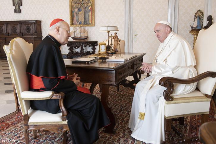 Ferenc pápa (j) fogadja Erdő Péter prímást, esztergom-budapesti érseket Vatikánvárosban 2021. szeptember 25-én.