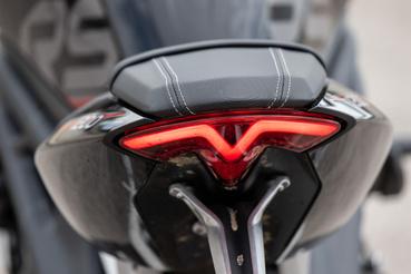 Triumph-logót formáz a hátsó lámpa sziluettje